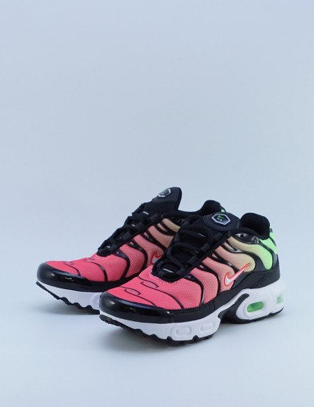 NIKE AIR MAX PLUS BLACK/WHITE-GREEN STRIKE-FLASH CRIMSON